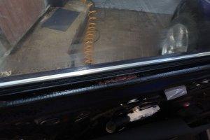 Audi Q5, загрязнение внутри двери - источник запаха